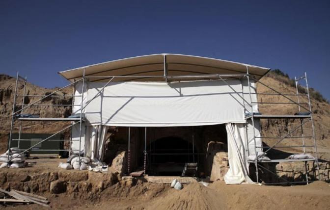 Νακάσης: «Έγινε λάθος η ανασκαφή- Αν ψάξουμε στον τύμβο Καστά ίσως βρεθούν και άλλοι τάφοι μεγαλύτεροι»